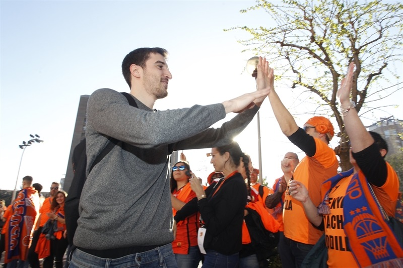 Guillem Vives with fans - Valencia Basket - EC Finals 2017 - EC16