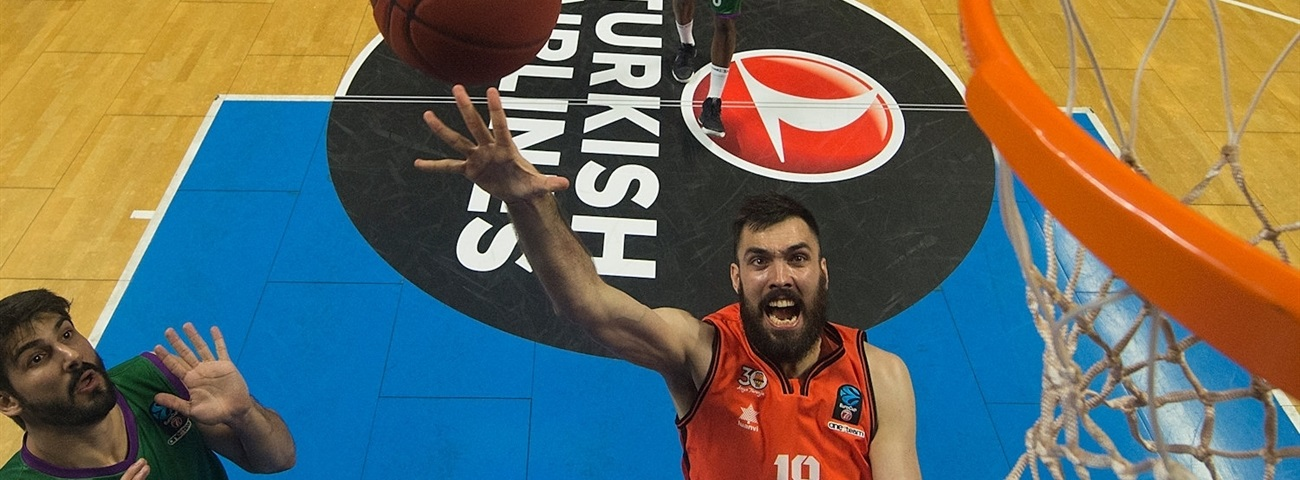 Barcelona inks big man Oriola to four-year deal
