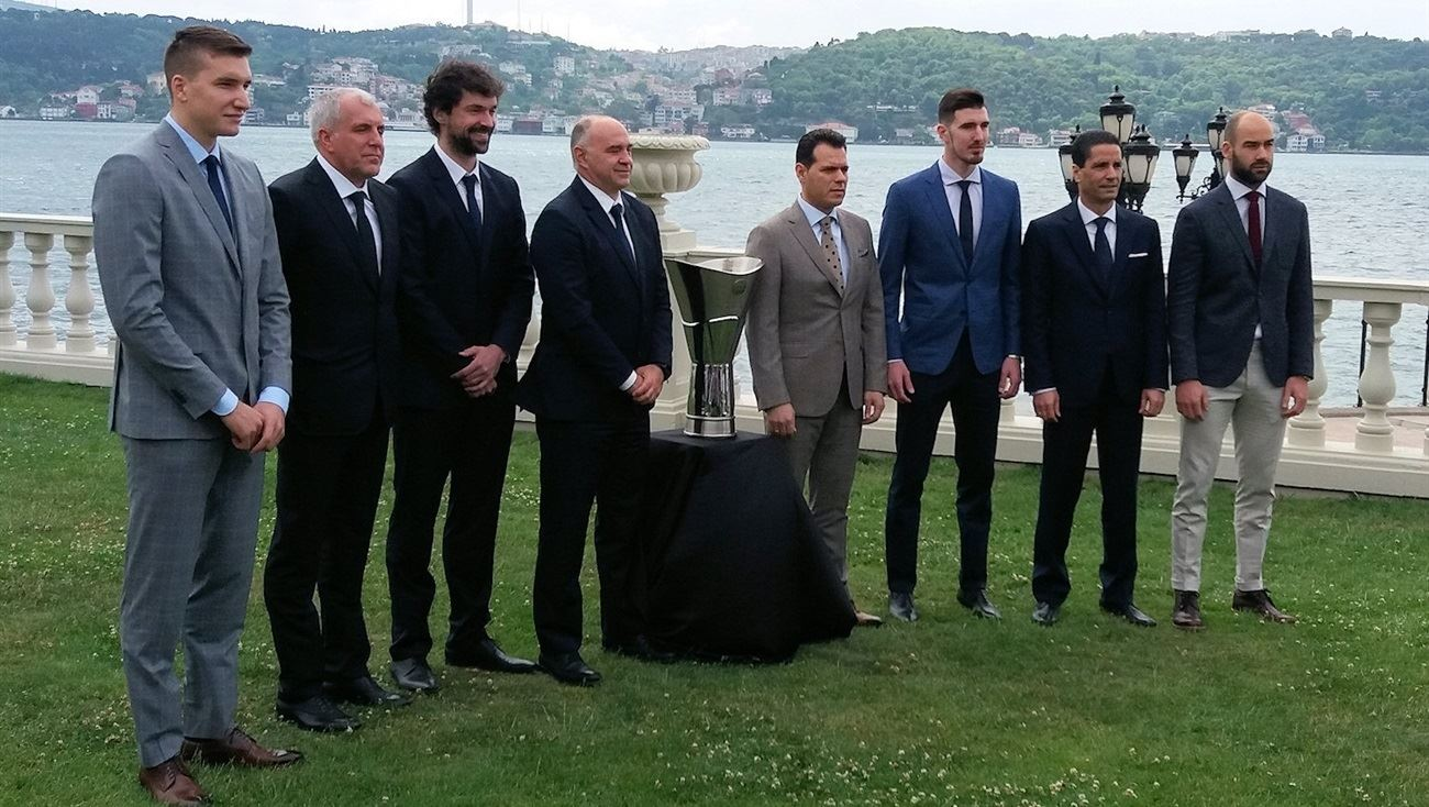 Players and Coaches with Trophy - Final Four Istanbul 2017 - EB16