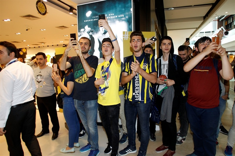 Fans - Stars come out for Trophy Tour - Final Four Istanbul 2017 - EB16