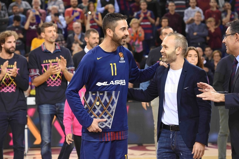 Juan Carlos Navarro  with Andres Iniesta, commemorative after 20 years playing at club - FC Barcelona Lassa - EB17
