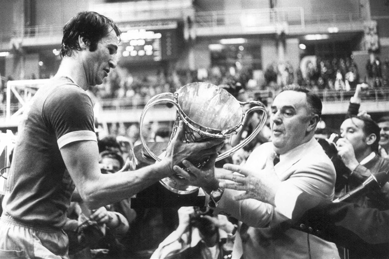 Bora Stankovic hands Tal Brody of Maccabi the 1977 European trophy