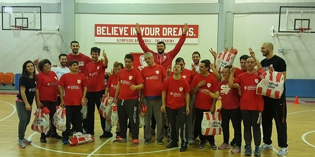 Olympiacos ambassadors spread One Team holiday cheer