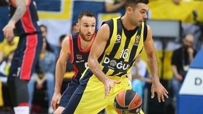 Fenerbahce fights off Baskonia, goes up 1-0