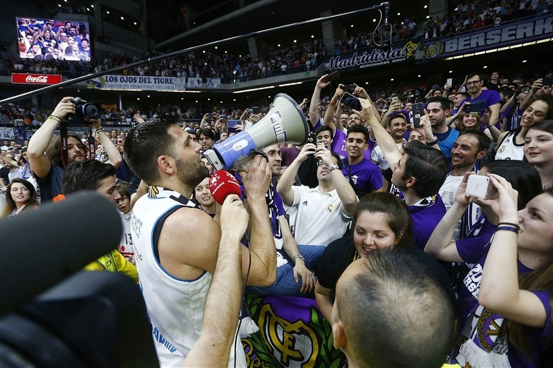 Felipe Reyes celebrates with fans - Real Madrid - EB17