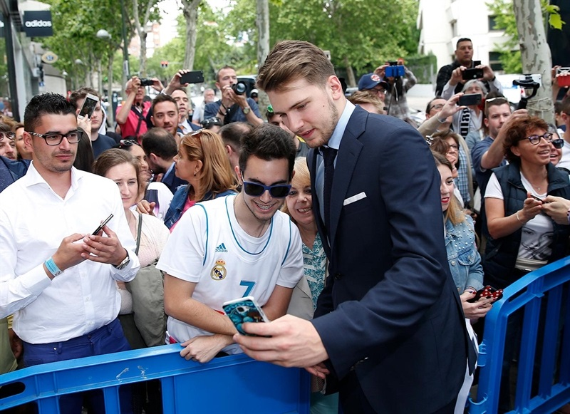 Luca Doncic with fans - Real Madrid celebrates champ in Madrid - Belgrade 2018 (photo Real Madrid)