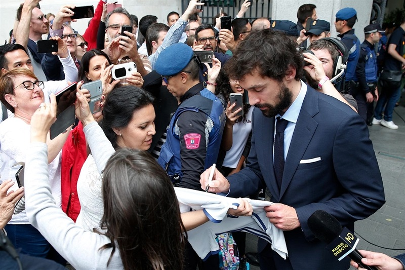 Sergio Llull with fans - Real Madrid celebrates champ in Madrid - Belgrade 2018 (photo Real Madrid)