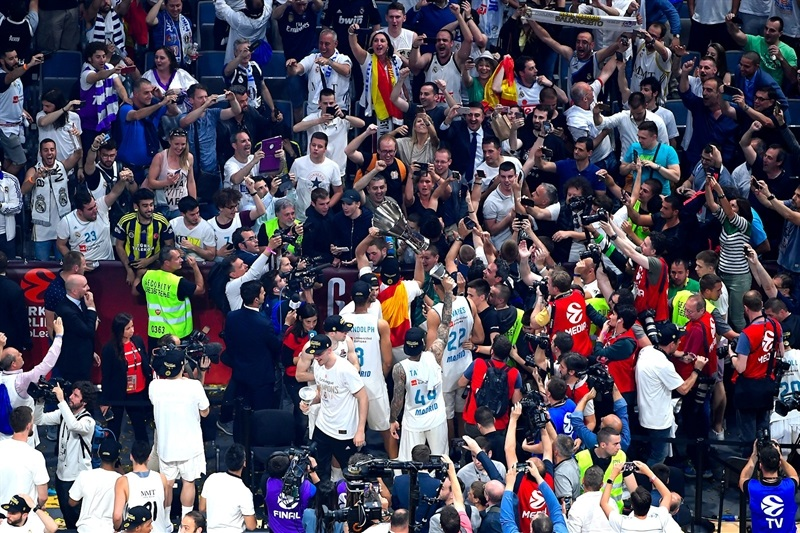 Real Madrid celebrates with fans - Belgrade 2018