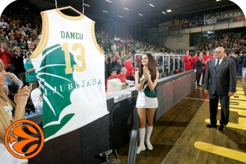 Ivo Daneu watches his jersey being retired