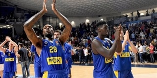 Tarik Black celebrates - Maccabi FOX Tel Aviv