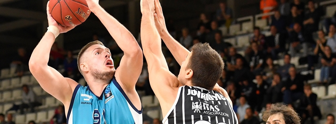 Fenerbahce signs center Stimac for 3 months