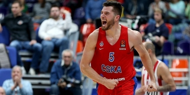 Efes pick up stretch forward Peters