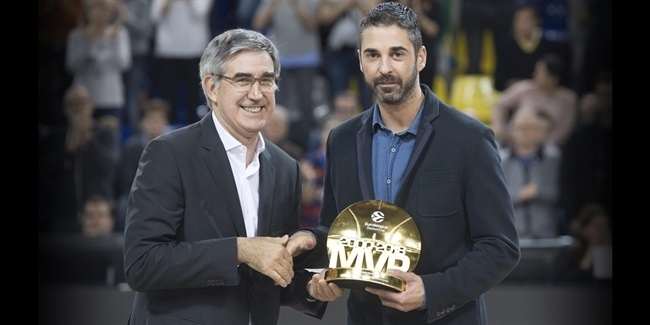 Jordi Bertomeu awards Navarro for a career