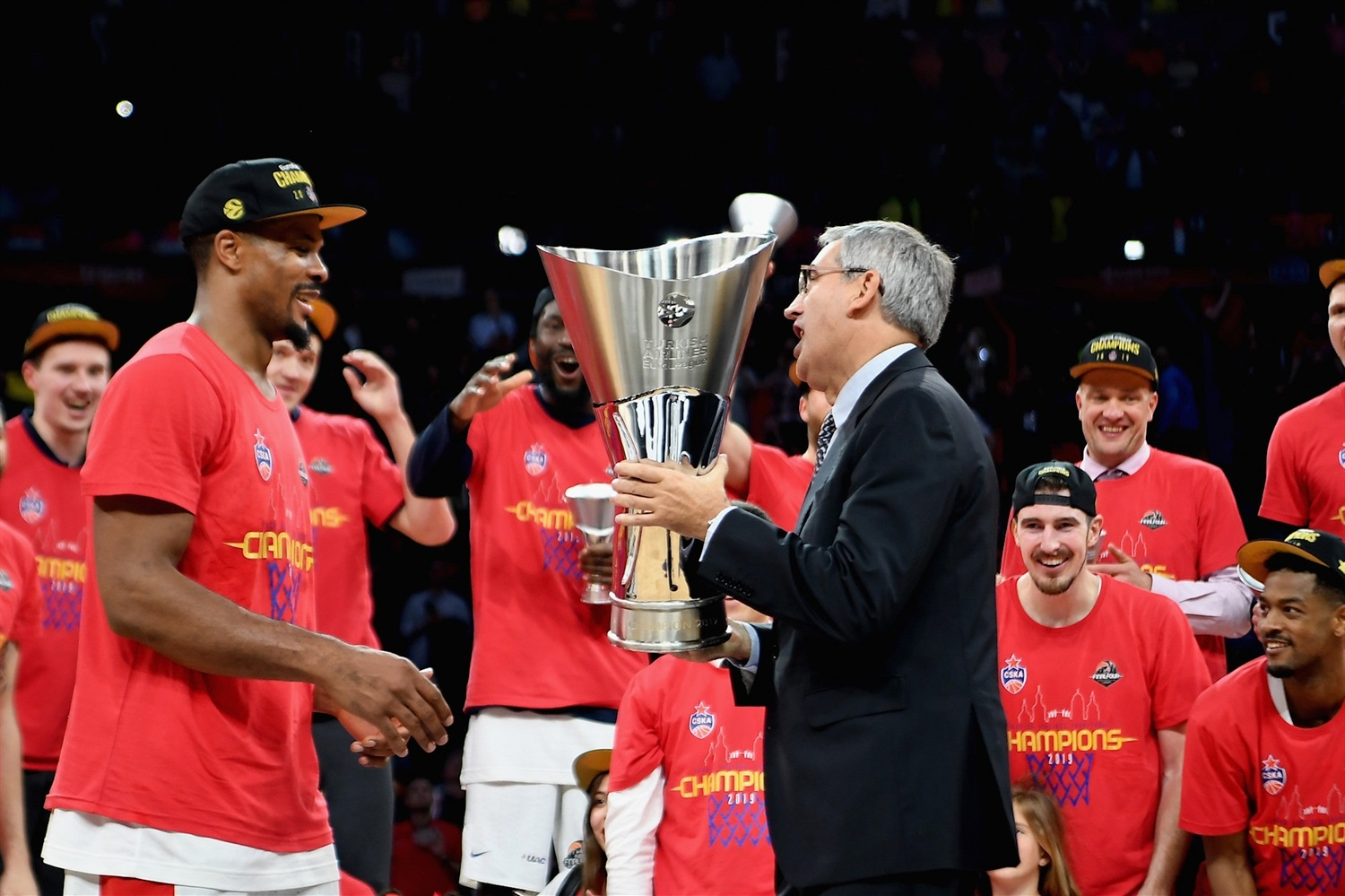 Kyle Hines with Jordi Bertomeu - CSKA Moscow Champ - Final Four Vitoria-Gasteiz 2019 - EB18