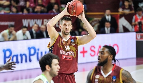 Reyer re-signs center Vidmar
