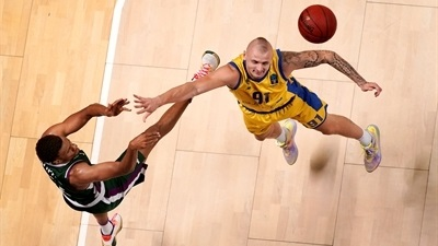 Unicaja cruises past Arka and into Top 16