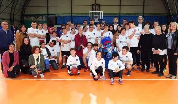 Fans, journalists attend Efes One Team session