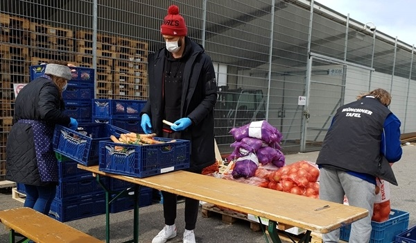 Bayern players hand out food to needy