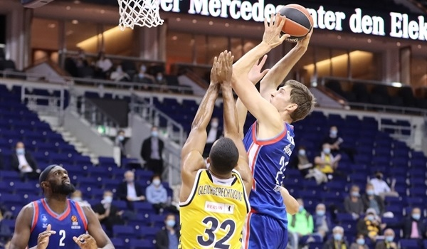 Efes got its season moving by getting the ball moving