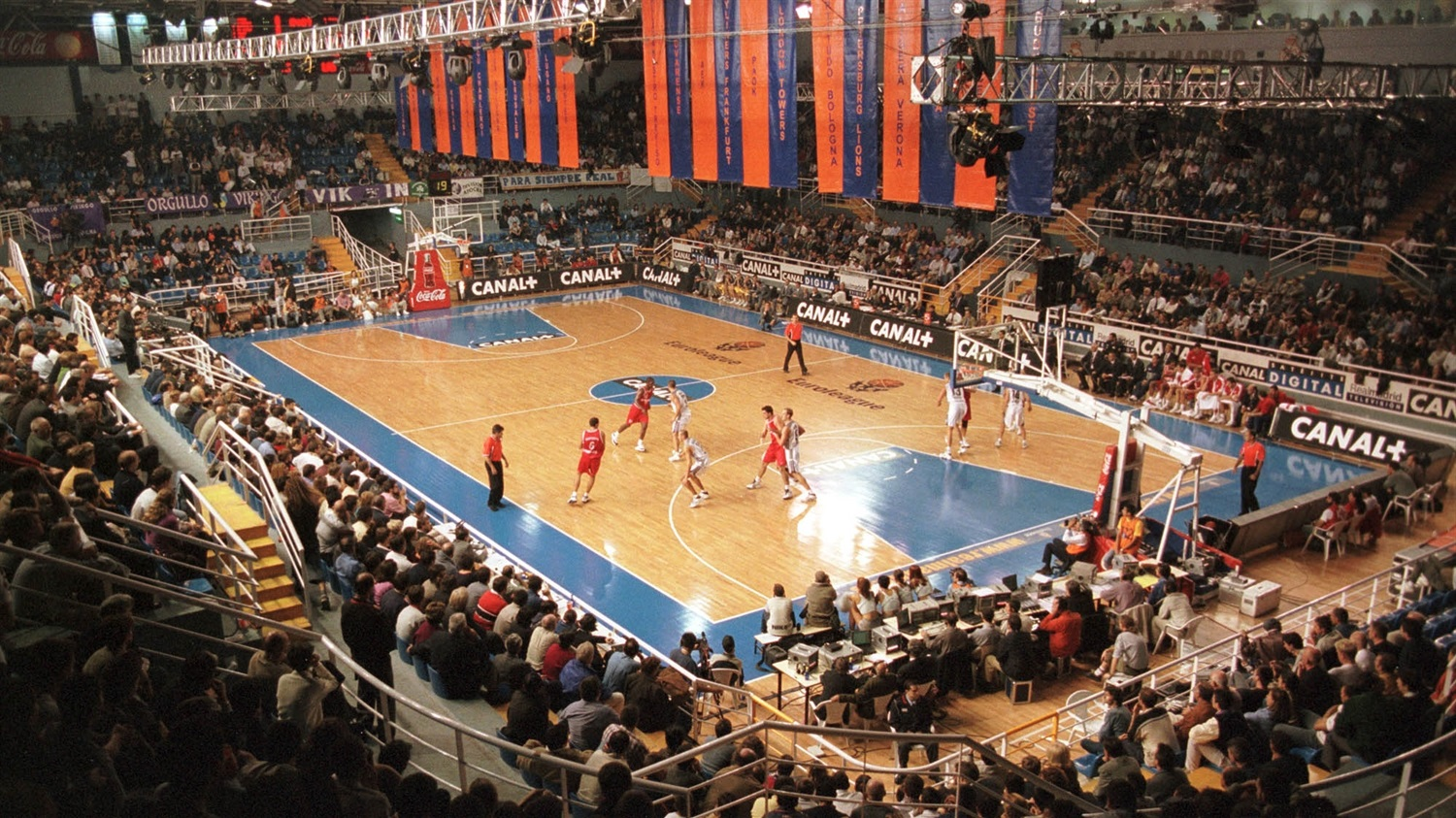 A panoramic view of the EuroLeague inaugural game underway