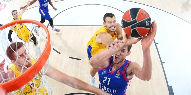 Banged-up Pleiss powered Efes to victory