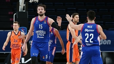 Sanli, record threes fire Efes past Valencia