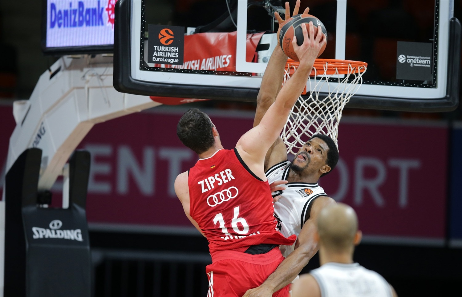 Paul Zipser dunks over Kyle Hines - FC Bayern Munich vs AX Armani Exchange Milan - EB20